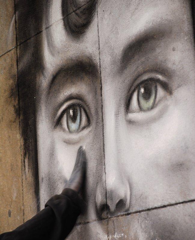 Love Berlin - Portrait on the floor