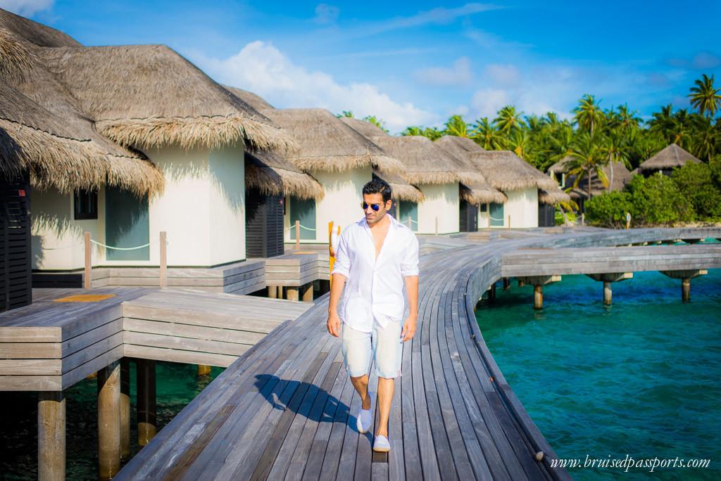 Maldives men's travel fashion white shirt denim shorts